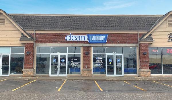 Escaparate de lavandería Clean Laundry en West Milwaukee en Miller Park Way