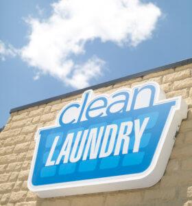 Entra en una lavandería limpia y siéntete cómodo